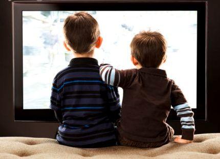 Enseñar a tus hijos a ver la televisión