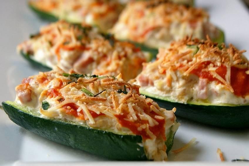 Calabacines rellenos de pollo, verduras y queso
